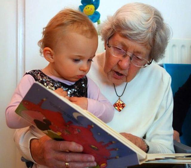 Отпуск по уходу за ребенком до 1,5 лет для бабушки: может ли она его оформить и как правильно это сделать